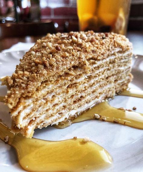 Pastel de miel con crema agria y ciruelas pasas