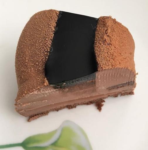 Pastel helado de chocolate con nueces